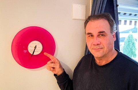 PÅ PLASS: Vidar Johansen synes det er vel verdt å sikre seg den gamle klokka til Jahn Teigen. Den er et blikkfang i stua hans.