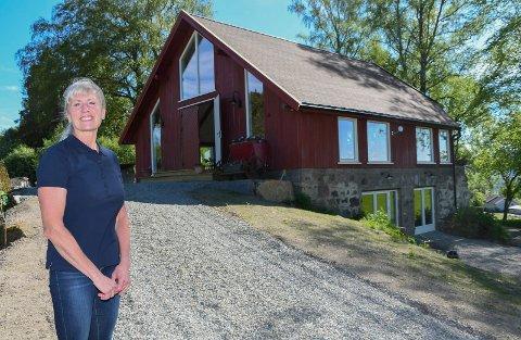 Stolt eier: Liv Thorsrud viser stolt fram Potetkatedralen i Veldre.