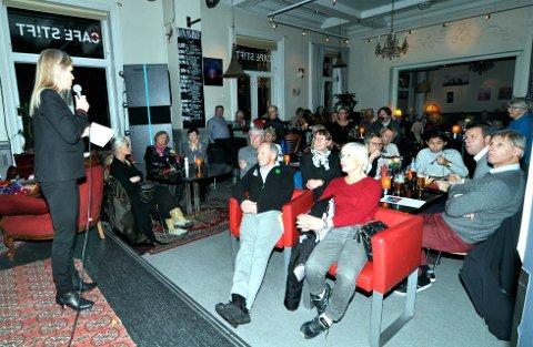 LÆRERIK UNDERHOLDNING: I underkant av 50 personer droppet «gullrekka» på TV for å få med seg Torunn Mølmens foredrag om Nepal.     Foto: Ingunn Aagedal Schinstad