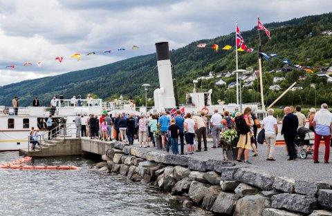 Velkomstkomité: Mange hadde møtt opp på Vingnes da Skibladner ankom på 160-årsdagen.