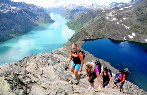 KOSTBAR FERDSEL: Flere steder på Vestlandet og i Lofoten forsøpler turistene så mye at små kommuner ikke har ressurser til å rydde opp etter dem. I fjor gikk 60.000 turister Besseggen.