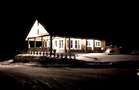 Hytte rikelig utstyrt med belysning. Dette kan det komme strengere regler for i hyttefelt i framtida.