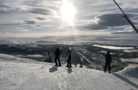 DRØMMEFORHOLD I HØYDEN: Slik så det ut øverst i Kvitfjell alpinanlegg lørdag 23. februar. Tross mildvær skal forholdene for skiturisme i vinterferien i uke 9 være meget bra fra Sjusjøen i sør til Bjorli i nordvest.