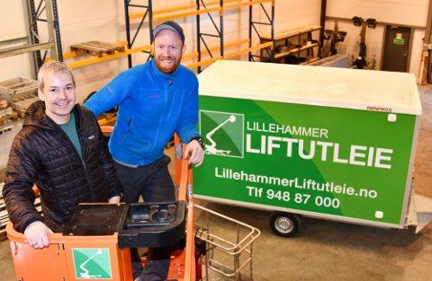 MORO: Roger Hjelmstadstuen og Eistein Hegge synes det er moro å skape en ny arbeidsplass i distriktet.