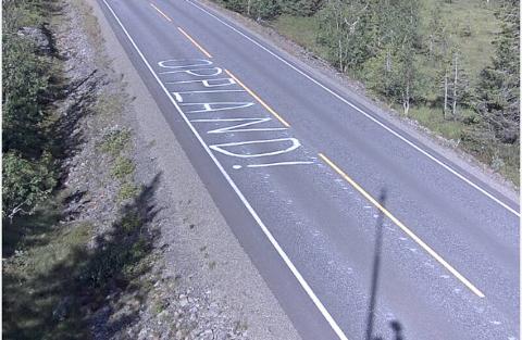 OPPLAND!: Det er det korte budskapet man kan lese i vegbanen på fylkesveg 250.