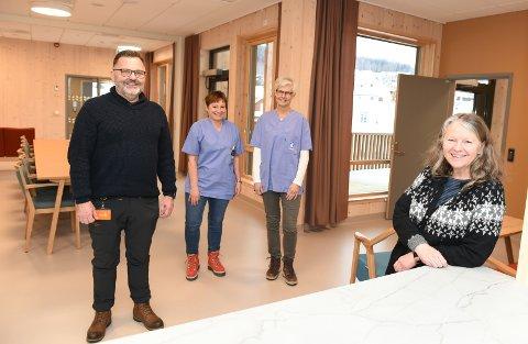PASIENTER ETTER PÅSKE: F.v Tove Gustu, Heidi Valdresstuen, Øyvind Sørlien og Mette Hafstad på nye Biri omorgssenter. Etter påske flytter de første pasientene inn i bygget som erstattet Furulund alders- og sykehjem.