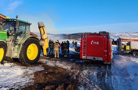 En stor traktor med snøfreser var sentral i å hindre at brannen spredte seg.