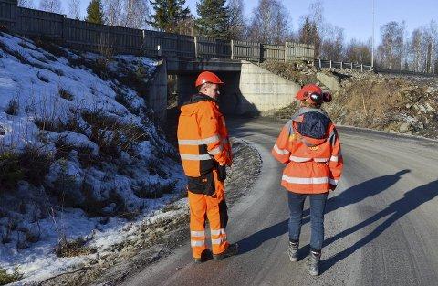 GROVARBEID I GANG: Gudrun Marie Sørumsbrenden og Arne Olav Olsen opplyser at ny undergang både vil være bredere og høyere enn den gamle.