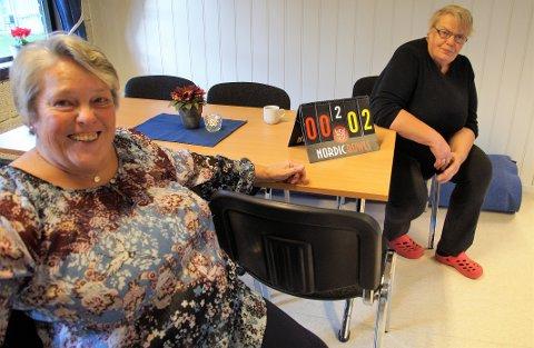 INGEN JUKS: Bjørg Briskelund (til venstre) og Marit Egge passer på at ingen jukser til seg poeng.