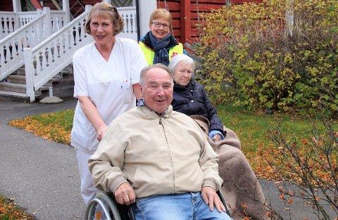UT PÅ TUR: Reidun Lønstad Sokki bistår Arvid Olsen mens Anne Marie Solstad fra sanitetsforeninga bistår Astrid Holten.