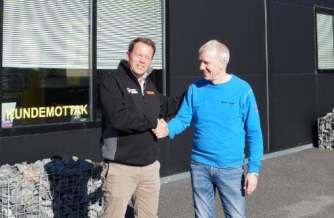 AVTALEN I BOKS: Salgssjef Espen Kristiansen i Vianor og daglig leder Peder Kraggerud i Hadeland bilsenter er begge storfornøyde med det nye samarbeidet.