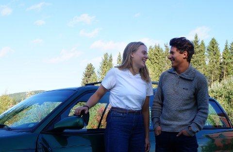 ROADTRIP-PARET: Karoline Habberstad (18) fra Bjoneroa og Jacob Skogan Bøe (18) fra Nordre Oppdalen ved den 21 år gamle utrangerte bilen som fraktet dem rundt i Europa i 15 dager i sommer.