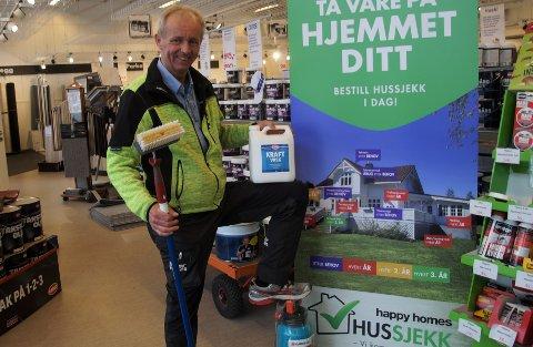 VASK: Du skal alltid starte med husvask dersom du skal male huset ditt. Odd Einar Fremstad sier det er et absolutt krav for å lykkes.