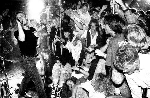 Her er Raga Rockers i aksjon på klubben Lucullus i Molde i 1989. Foran et ellevilt publikum.