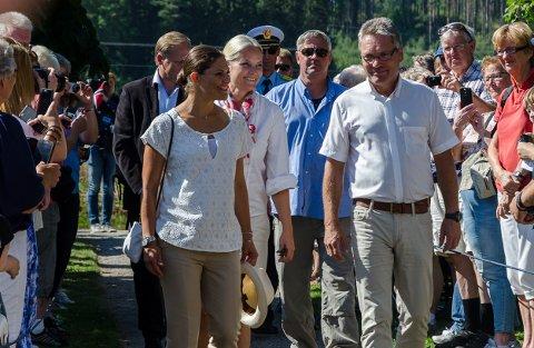 Den Norske og Svenske Kronprinsessen ble møtt av mange glade mennesker utenfor Søndre Enningdalen kirke. Her går de sammen med ordfører Thor Edquist.