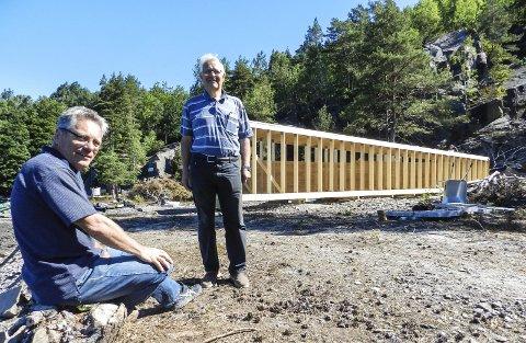 BYGGGER KOPI: Ordfører Thor Edquist (sittende) og prosjektleder Arne Omholt er sentral i byggingen av kopien av stenblokka på Hov.