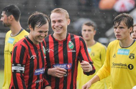 GODT HUMØR: Ole Strømsborg (th) trives godt sammen med Jonas Heli Hansen og de andre TTIF-spillerne.