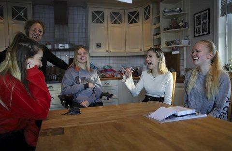 LIVLIG: Når Amalie er hjemme i helgene, er venninnene på besøk. Da er det livlig rundt kjøkkenbordet. Fra venstre Synne Rauan, mamma Ann-Helen, Amalie, Maria Ansok og Julia Gulbrandsen.