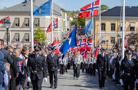 ANNERLEDES 17. MAI: Dette bilde ble tatt 17. mai i fjor. Det blir nok ikke like folksomt i sentrum i år, men kommunen oppfordrer allikevel til å markere nasjonaldagen.