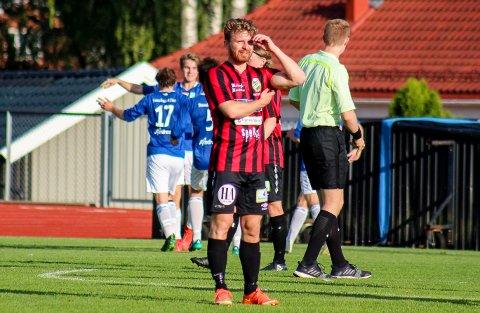Espen Thømt jubler for scoring i Askim, mens TTIFs Simen Moberg fortviler.