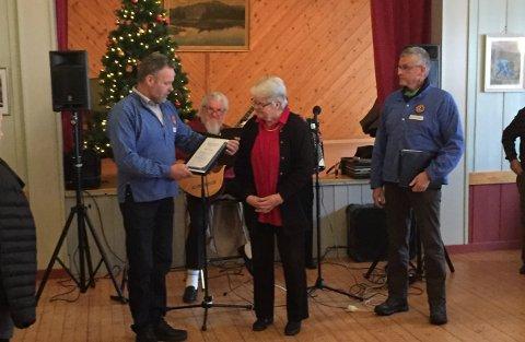 HEDER: Her får Dagny Busterud prisen under juleavslutningen på Vårtun. Til venstre står Kjell Børresen og til høyre står Claes Petersen. I bakgrunnen skimtes Steinar Kjeverud.