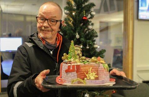 ADVENTSKAKE: - Hva, er den til meg? Ulf Bang Larsen mister nesten munn og mæle når han noen dager etter intervjuet i Bospareklubben, får overrakt kunstverket av ei kake bakt av Elena Andreeva.