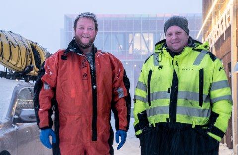 START PÅ DAGEN: Trym Øien og Jan Terje Soma fikk oppleve et opplyst AKS på starten av sin arbeidsdag i sentrum.