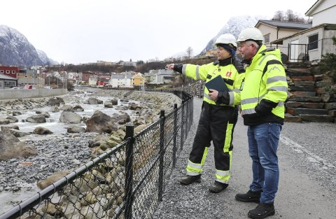 Sluttsynfaring: Anders Muldsvor i NVE og Eirik Lia i Odda kommune. foto: Synnøve Nyheim