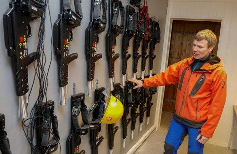 LASER: Daglig leder i Ravmafloke, Jan Helge Hagland, viser rekken med lasergevær.
