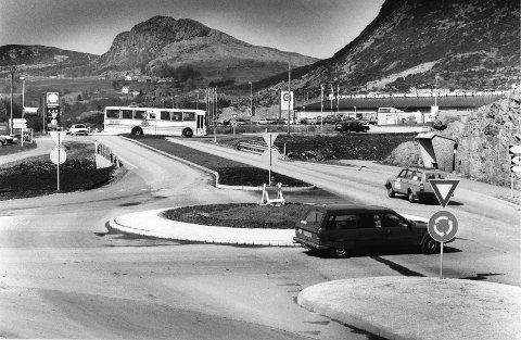 PENSJONERES ETTER 25 ÅR: Hovedrundkjøringen i Aksdal ble tatt i bruk i 1992. Nå er den blitt for liten til ta unna trafikken fra to europaveger. Arkivfoto: Eirik Østberg/Haugesunds Avis