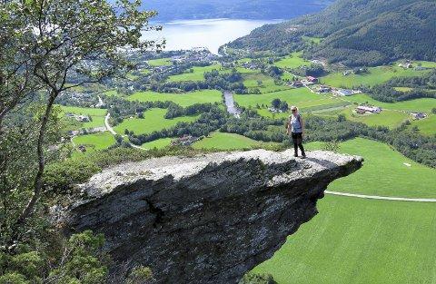 Fra nibba: Utsikten er flott, vi ser rett nedover dalen til Vikedal sentrum, Yrkjefjorden og Sandeidfjorden, og over på andre sida av dalen har vi Lysenuten.  Tekst og foto : Lars Kr.  Gjerde