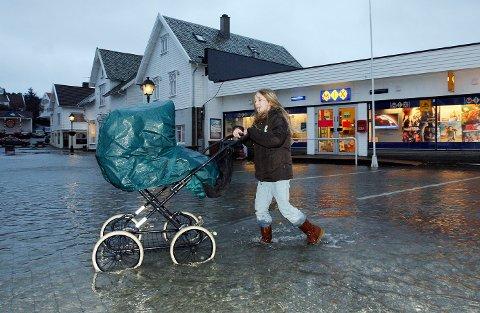 2008: I januar for 12 år siden var det springflo og høy vannstand i blant annet Skudeneshavn. Her ser vi  trillepiken Marie Martinussen, som da var 10 år, på et oversvømmet torg midt i byen.