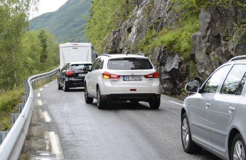 FLASKEHALS: Det kan til tider ta godt med tid å komme seg fra Odda til Hardangerbrua. Smale veier skaper utfordringer for mange.