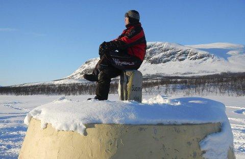 Treriksrøys: Ronald Johnsen slapper av på treriksrøysa i Kilpisjarvi. Her møtes Norge, Sverige og Finland.