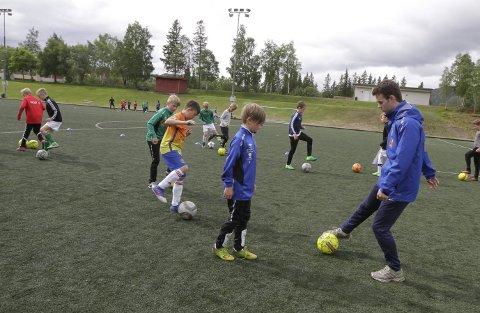 DRIBLER: Dennis Smalsundmo vil ha sine spillere til å drible med undersiden av foten. Det var en liten utfordring for de eldste på fotballskolen.