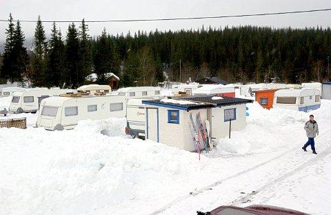 AVGIFT: Shmil vil innføre renovasjonsavgift for campingvogner og bobiler som står oppstilt lenger enn i tre måneder. Bildet viser Osen camping ved Luktvatnet i Vefsn .