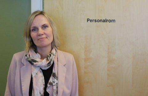 LAGER PLAN: Vaksinekoordinator Hanne Maren Valåmo skal lage en ny plan for vaksineringen i sommer. - Det er mange som ringer og spør når det er deres tur, sier hun.