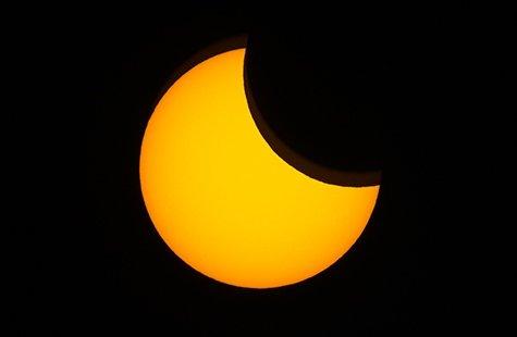 SOLFORMØRKELSE: Knut Tverå fikk knipset disse blinkskuddene da månen tok plass foran sola på torsdag.