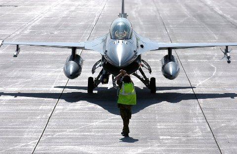 PÅ BANAK: Norske F-16-jagerfly bruker nå Banak som base.