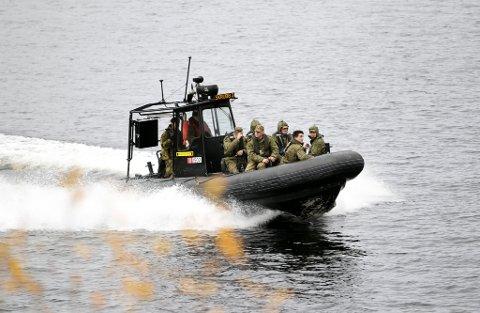 RIB: Dette bildet viser en norsk rib fra Garnisonen i Sør-Varanger frakte russiske grensejegere fra Norge og tilbake til Russland under en erfaringsutveksling av norske og russiske grensevakter. Det var to slike rib-båter som var innblandet i sammenstøtet. Personene på dette bildet har ingenting med den aktuelle saken å gjøre.