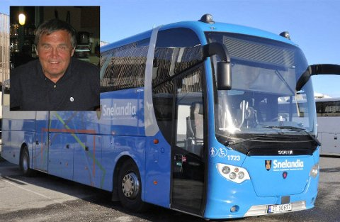 BUSSKLUSS: Det er blitt kluss med bussen Øystein og kona Jorunn Haaland pleier å ta når de lander på Kirkenes lufthavn og skal til Klubbvika i Nesseby.