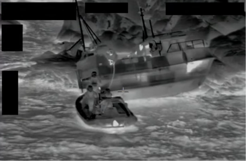 I aksjon: Hurtigbåten, hurtigruta og redningshelikopteret rykker alle til for å redde fiskerne.
