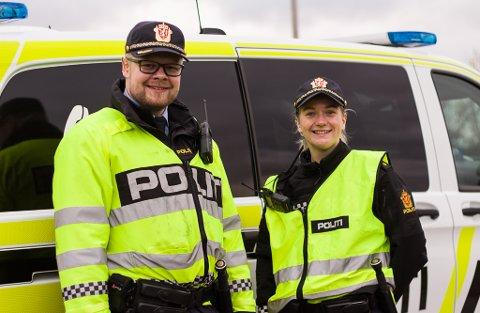 FORNØYDE: Førstepolitibetjent Kim Pleym og politibetjent Ane ulvestad er fornøyde med dagens kontroll, og forteller at de aller fleste er gode sjåfører.