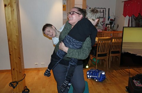 TRIM HJEMME: Å være mamma er trim nok i seg selv til tider. Liam (4) og Isak (8) sørger for det.