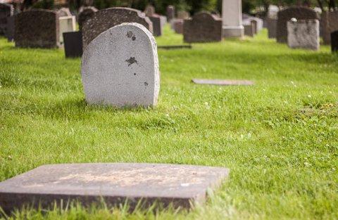 GRAVSTEINER LIGGER NEDE: Her ser vi tre gravsteiner som har veltet innover kirkegården i Vadsø. Kirkeverge Michael Møller-Davidsen forteller at det nå ligger cirka tjue til tretti steiner veltet på kirkegården.