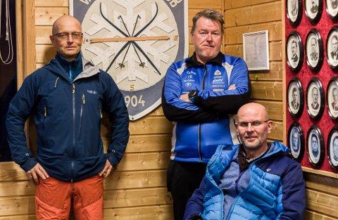 OPPGRADERT: Denne gjengen har benyttet sommeren til å oppgradere skihytta i Vadsø. De er fornøyde med all hjelpen de har fått, fra flere hold. Medlemmer av skihytteutvalget til Vadsø Skiklubb er leder  Tor Einar Løkke Pedersen, Trond H Sjøtun, Bjørn Eriksen som sitter forran, og  Geir Østereng som ikke var tilstede.