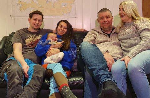 FAMILIEN: Her ser du, f.v: Martin Gamst Ryel, Mia Krogstad med Viggo, Rune Elven, (Karitas kjæreste) og Mias mamma, Karita Krogstad