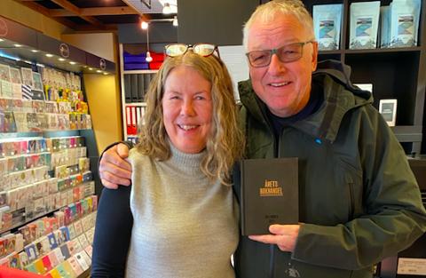 GÅR AV MED PENSJON: I 2017 ble ble Nordkyn Bok og Papir kåret til årets bokhandel. Juryen la vekt på bokhandler Gøril Ingegjerd Søndrols engasjement. Nå håper hun noen vil overta bokhandelen, fordi hun går av med pensjon. Her er hun sammen med Roy Jacobsen som kom på uanmeldt besøk til bokhandelen.