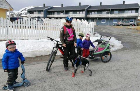 PÅ TUR: Ragna gjør seg klar for tur, med vogn, hund og to små i Forsøl søndag. Alle skal få hjelm på før de starter, forteller hun.