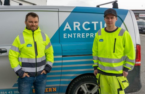 MAGRE ÅR: Det kan bli mange, lange år før de kan starte på sitt neste boligfelt om rekkefølgekravet blir stående. – Det blir helt feil at vi skal havne bak andre utbyggere på denne måten, sier Stian Sørli (t.v.) Her avbildet sammen med Joachim Skjellhaug som arbeider for Arctic Entreprenør.